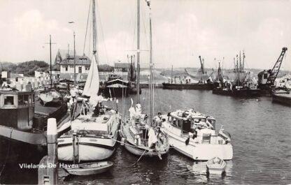 Ansichtkaart Vlieland De Haven Vissers en Binnenvaart schepen Scheepvaart HC13602