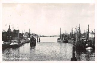 Ansichtkaart IJmuiden Vissershaven Vissersschepen binnenvaart schepen Scheepvaart 1955 HC13647