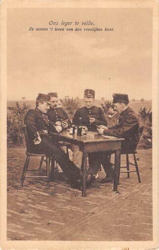 Ansichtkaart Militair Mobilisatie 1914 WO1 Ons leger te velde Kaart spelende soldaten HC13746