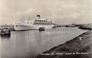 Ansichtkaart IJmuiden De Oranje verlaat de Noordersluis Stoomvaart Maatschappij Nederland 1956 Scheepvaart HC13760