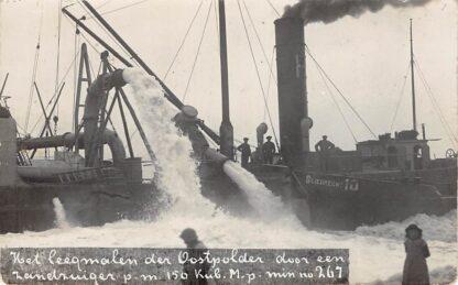 Ansichtkaart Flevoland Zuiderzee Fotokaart Het leegmaken der Oostpolder door een zandzuiger p.m. 150 Kub.M.p. min. nu 267 Binnenvaart schpen Sliedrecht 10 Scheepvaart HC13950