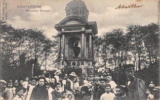 Ansichtkaart Amsterdam Monument Sarpahti met volk HC13952