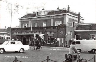 Ansichtkaart Apeldoorn Stationsplein met station en auto HC14141