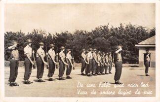 Ansichtkaart Harskamp Militair Soldaten De eene helft gaat naar bed Voor de andere begint de pret 1951 Humor HC14580