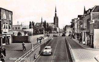 Ansichtkaart Gouda Spoorstraat Tunnel richting Kleiweg Kleiweg kerk Rechts Joodse Begraafplaats en garage 1960 HC14644