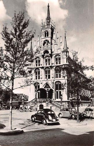 Ansichtkaart Gouda Markt Stadhuis en auto VW 1962 HC14695
