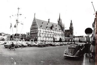 Ansichtkaart Gouda Markt met Stadhuis Auto VW HC14753