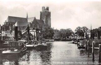 Ansichtkaart Dordrecht Nieuwe Haven met Groote Kerk Sleepboten Binnenvaart schepen Scheepvaart 1954 HC14837