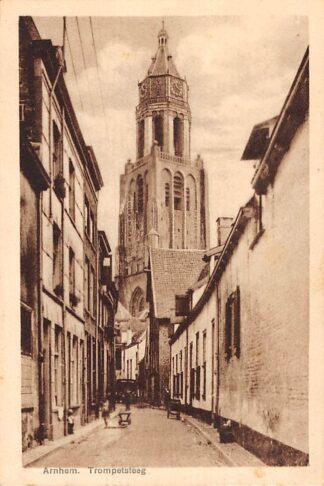Ansichtkaart Arnhem Trompetsteeg met kerk HC15059