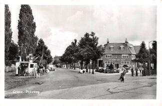 Ansichtkaart Grave Rijksweg met frietkraam en Cafe het Wapen van Grave HC15292
