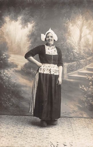 Ansichtkaart Volendam Fotokaart Vrouw in klederdracht HC15535