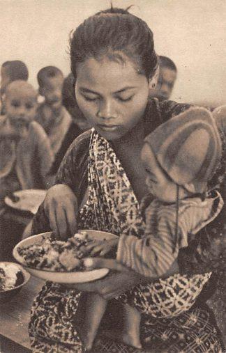 Ansichtkaart Nederlands-Indie Djokjakarta Gaarkeuken-uitdeeling Een heerlijk maal voor oud en jong Indonesie Indonesia Azie   HC15645