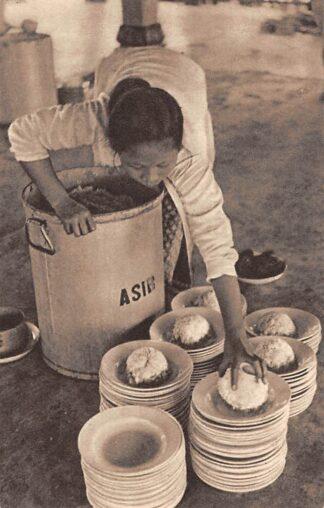 Ansichtkaart Nederlands-Indie Djokjakarta Java Gaarkeuken-uitdeeling Het Asib verhoort de bede van velen: Sekoel n'doro .. rijst heer Indonesie Indonesia Azie HC15646