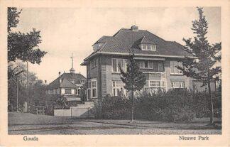 Ansichtkaart Gouda Van Bergen IJzendoorn Park Nieuwe Park met Villa Elisabeth en Honk HC15829