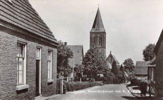 Ansichtkaart Zeddam Bovendorpstraat met R.K. Kerk HC16035