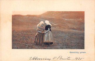 Ansichtkaart Zeeland Gewichtig geheim Meisjes in klederdracht in de duinen HC16225