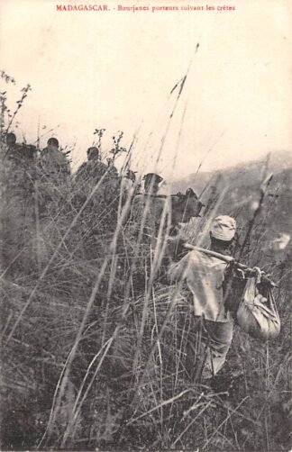 Ansichtkaart Madagascar Bourjanes porteurs suivant les cretes Afrika HC16570