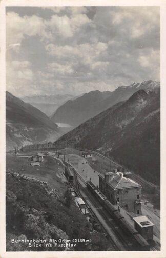 Ansichtkaart Zwitserland Alp Grum Berninabahn Station met treinen Blick ins Puschlav Schweiz Switzerland Suisse Europa HC16573