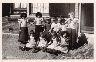 Ansichtkaart Spakenburg Wie gaon nog niet nor sjool Kinderen in klederdracht 1948 HC16745