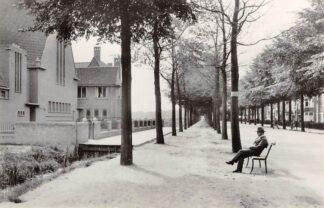 Ansichtkaart Zo was Dordrecht Krispijnseweg hoek Mauritsweg omstreeks 1930 met Gereformeerde Kerk HC16998