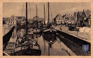 Ansichtkaart Spakenburg 's Maondags hangt darp vol lingden met goed Haven met vissers schepen HC17015