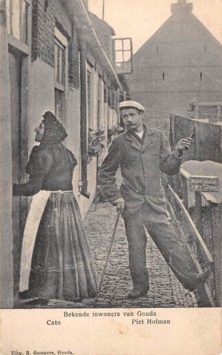 Ansichtkaart Gouda Raam Roomsche Hofje Bekende inwoners Cato en Piet Hofman Piet de Lamme Straatleven HC17115