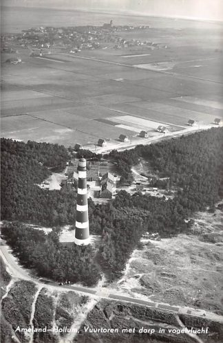 Ansichtkaart Ameland Hollum Vuurtoren met dorp in vogelvlucht KLM Luchtfoto no. 33166 1960 HC17284
