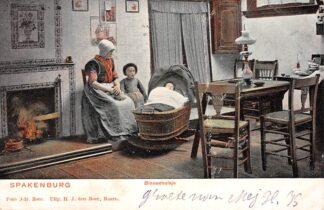 Ansichtkaart Spakenburg Binnenhuisje Vrouw en meisje bij de wieg Klederdracht 1904 HC17497