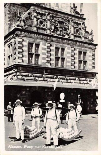 Ansichtkaart Alkmaar Waag met kaasdragers 1954 Klederdracht HC17517