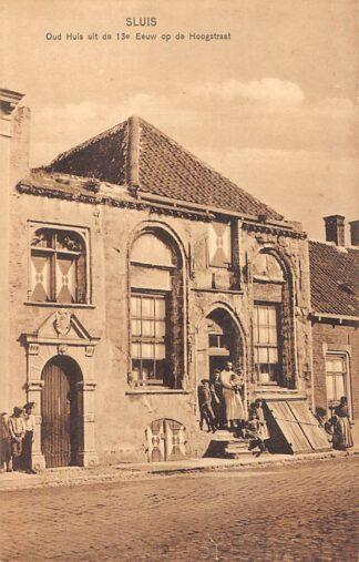 Ansichtkaart Sluis (ZL) Oud Huis uit de 13e eeuw op de Hoogstraat met bewoners Zeeuws-Vlaanderen HC17527