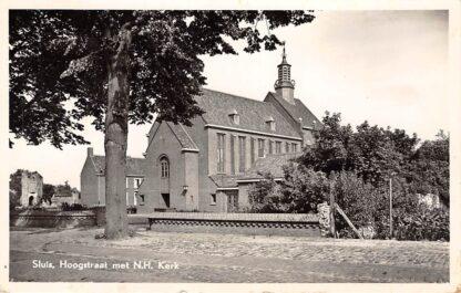 Ansichtkaart Sluis (ZL) Hoogstraat met N.H. Kerk Zeeuws-Vlaanderen HC17548