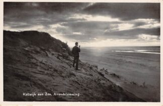 Ansichtkaart Katwijk aan Zee Avondstemming Pijprokende man in de duinen bij het strand HC17566
