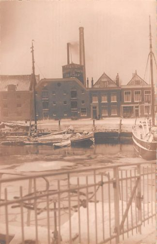 Ansichtkaart Maassluis Fotokaart Atelier Coltof Fabriek van Graanproducten De Ploeg in de winter met sneeuw en ijs Binnenvaart schepen Scheepvaart HC17607