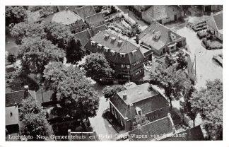 Ansichtkaart Ameland Luchtfoto Nes Gemeentehuis en Hotel Het Wapen van Ameland 1956 HC17657