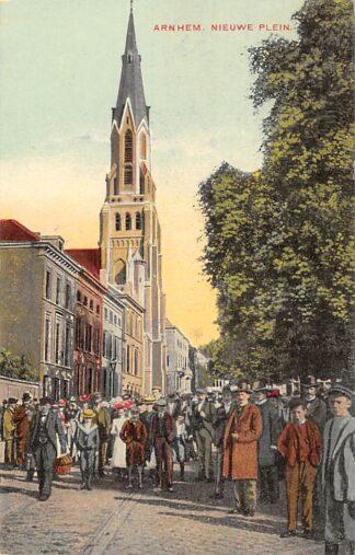 Ansichtkaart Arnhem Nieuwe Plein met volk en kerk 1910 HC17904
