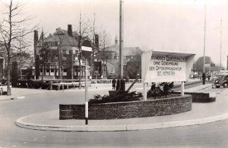 Ansichtkaart Zo was Dordrecht Stationsplein met Villa Sampang 1941 met Duits bord WO2 HC18196