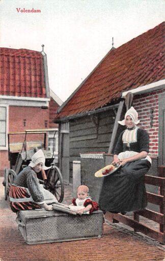 Ansichtkaart Volendam Moeder met dochter en baby Klederdracht HC18486