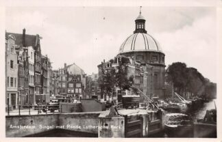 Ansichtkaart Amsterdam Singel met Ronde Luthersche Kerk 1949 Sluis met binnenvaart schepen Scheepvaart HC18506