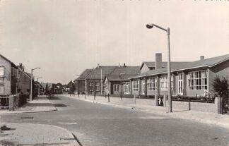 Ansichtkaart Oude Tonge Emmastraat met school 1958 Goeree-Overflakkee HC18515