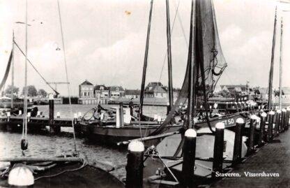 Ansichtkaart Staveren Vissershaven met vissers schepen Stavoren 1965 HC18552