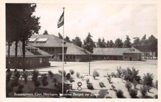 Ansichtkaart Bergen op Zoom Binnenplaats Cort. Heyligers Kazerne 1952 Militair HC18604