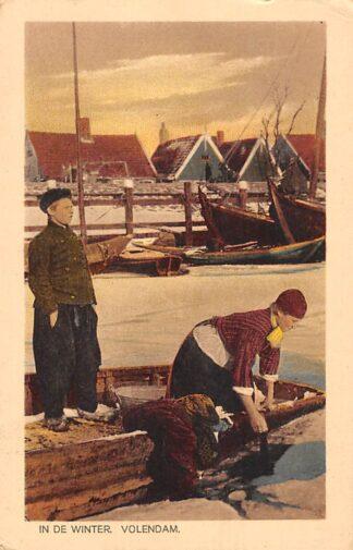Ansichtkaart Volendam In de winter De was doen in een wak van het ijs Klederdracht HC18627