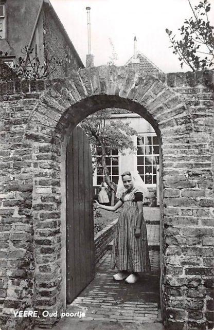 Ansichtkaart Veere Oud poortje met meisje in klederdracht 1967 HC18718