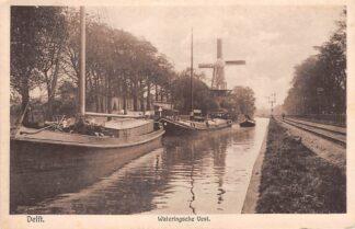 Ansichtkaart Delft Wateringsche Vest met molen spoorlijn en binnenvaart schepen Scheepvaart Spoorwegen 1919 HC18798