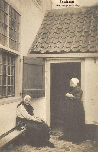 Ansichtkaart Zandvoort Een rustige oude dag Twee oude vissersvrouwen in klederdracht HC19409