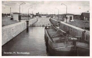 Ansichtkaart Deventer Pr. Bernhard sluis Binnenvaart schepen Scheepvaart 1953 HC19416