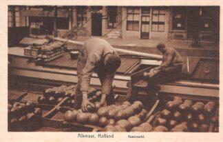 Ansichtkaart Alkmaar Kaasmarkt Laden kazen in het schip Klederdracht HC19530