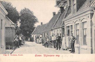 Ansichtkaart Sloten (FR) Wijkelsche weg met volk De Friese Meren HC19553