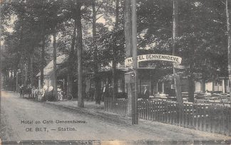 Ansichtkaart De Bilt -Station Hotel en Café Dennenhoeve met personeel 1910 HC19723