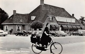 Ansichtkaart Staphorst Hotel Waanders Auto Moeder met kinderen op fiets in klederdracht 1962 HC20134